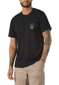 Vans - MN VANS X CHRIS JOHANSON THREE PALMS SS - T-shirt med print - vintage black - 0