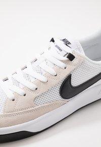 Nike SB - ADVERSARY - Skateschoenen - white/black - 7