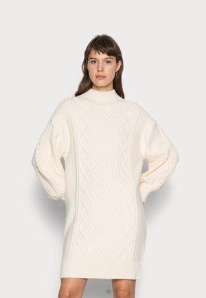 DRESS CABLE  - Stickad klänning - beige