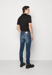 Emporio Armani - POCKETS PANT - Slim fit -farkut - blue denim - 2