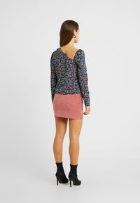 Fashion Union Petite - GEMMA BLOUSE WITH DIAGNOL NECKLINE  - Blouse - berry - 2