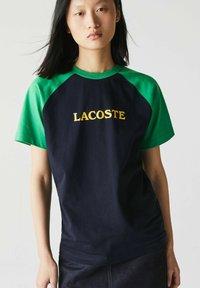 Lacoste LIVE - UNISEX - Print T-shirt - bleu marine / vert - 1