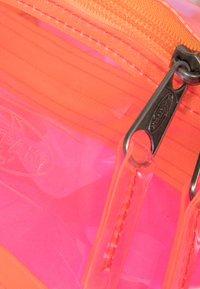 Eastpak - TRANSPARENT/CONTEMPORARY - Bum bag - fluo pink film - 3
