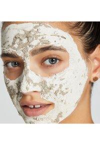 GLAMGLOW - YOUTHMUD™ GLOW STIMULATING TREATMENT - Face mask - - - 3