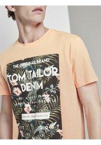 TOM TAILOR DENIM - Print T-shirt - papaya neon orange - 3