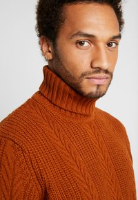 New Look - CABLE PATTERN ROLL NECK - Neule - burnt orange - 3