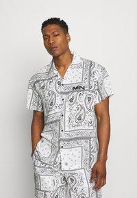 Mennace - BANDANA PRINT BOWLING - Shirt - white - 0
