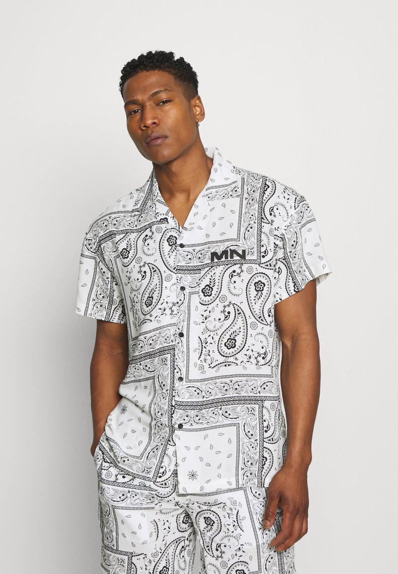 Mennace - BANDANA PRINT BOWLING - Shirt - white