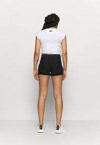 HIIT - HIIT OVERLAY SHORTS 2IN1 - Pantalón corto de deporte - black - 2