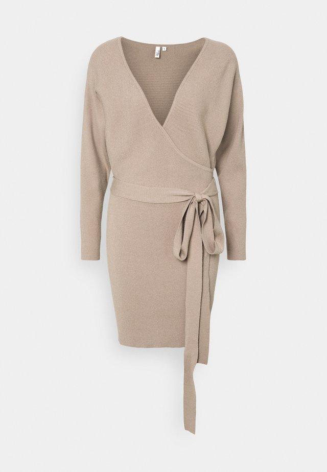 WRAP DRESS - Gebreide jurk - beige