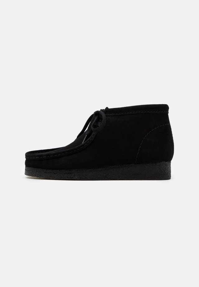 WALLABEE BOOT - Lace-up ankle boots - black