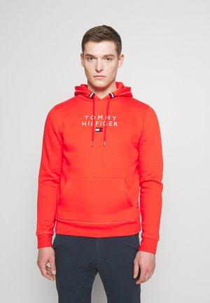 STACKED FLAG HOODY - Sweatshirt - daring scarlet