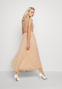 Maya Deluxe - EMBELLISHED OVERLAY MIDAXI DRESS - Robe de cocktail - peach - 2