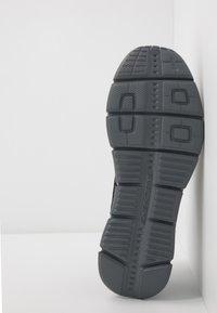 Skechers Sport - EQUALIZER 4.0 - Sneaker low - black/hot melt/charcoal - 4