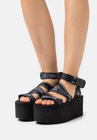 MOSCHINO - Korkeakorkoiset sandaalit - nero - 0