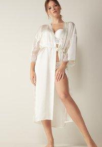 Intimissimi - SEIDENMORGENMANTEL - Dressing gown - talco - 1