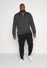 Mennace - ESSENTIAL SIG ZIP - Sweatshirt - charcoal - 1