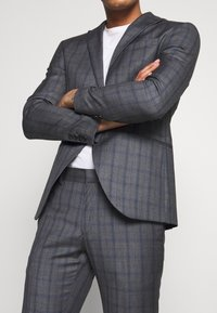 Isaac Dewhirst - CHECK SUIT - Kostym - grey - 7