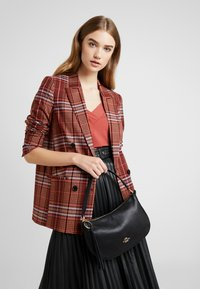 Coach - PEBBLE SUTTON CROSSBODY - Torebka - black - 1