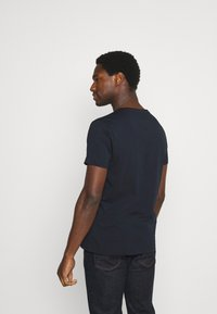 Tommy Hilfiger - CIRCLE CHEST TEE - T-shirt con stampa - desert sky - 2