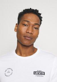 Levi's® - BOXTAB GRAPHIC TEE - T-shirt med print - white - 3
