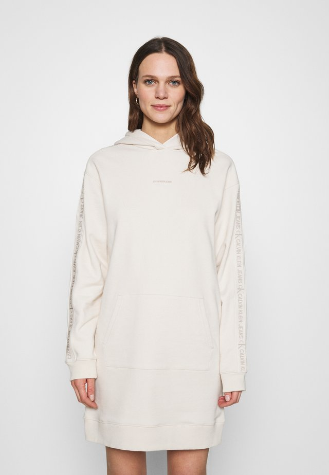 LOGO TRIM HOODIE DRESS - Sukienka letnia - white sand