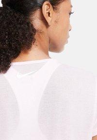 Nike Performance - ICON CLASH - Print T-shirt - rosa - 4