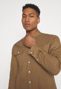Redefined Rebel - RRANTON  - Shirt - inca gold - 4