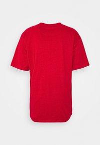 Karl Kani - SMALL SIGNATURE TEE UNISEX - Print T-shirt - dark red - 6