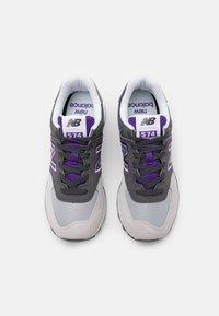 New Balance - SCHUHE ML 574 - Matalavartiset tennarit - grey/purple - 3