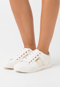 Dorothy Perkins - WIDE FIT INDEED STRIPE DETAIL LACE UP SPORT - Zapatillas - gold - 0