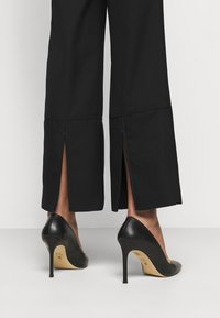 Victoria Beckham - STRAIGHT LEG TROUSER WITH TURN UP - Trousers - black - 3