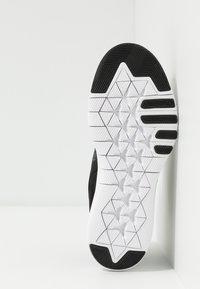 Nike Performance - FLEX TRAINER 9 - Obuwie treningowe - black/metallic gold/gunsmoke - 4