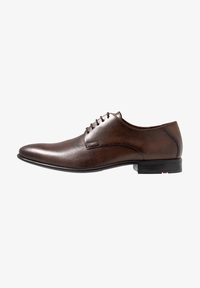 NIK - Veterschoenen - dark brown