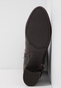 Guess - ADDALIZ - Høje støvler/ Støvler - brown - 6