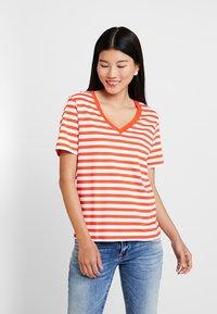 Selected Femme - SLFSTANDARD V NECK - Print T-shirt - cherry tomato/bright white - 0