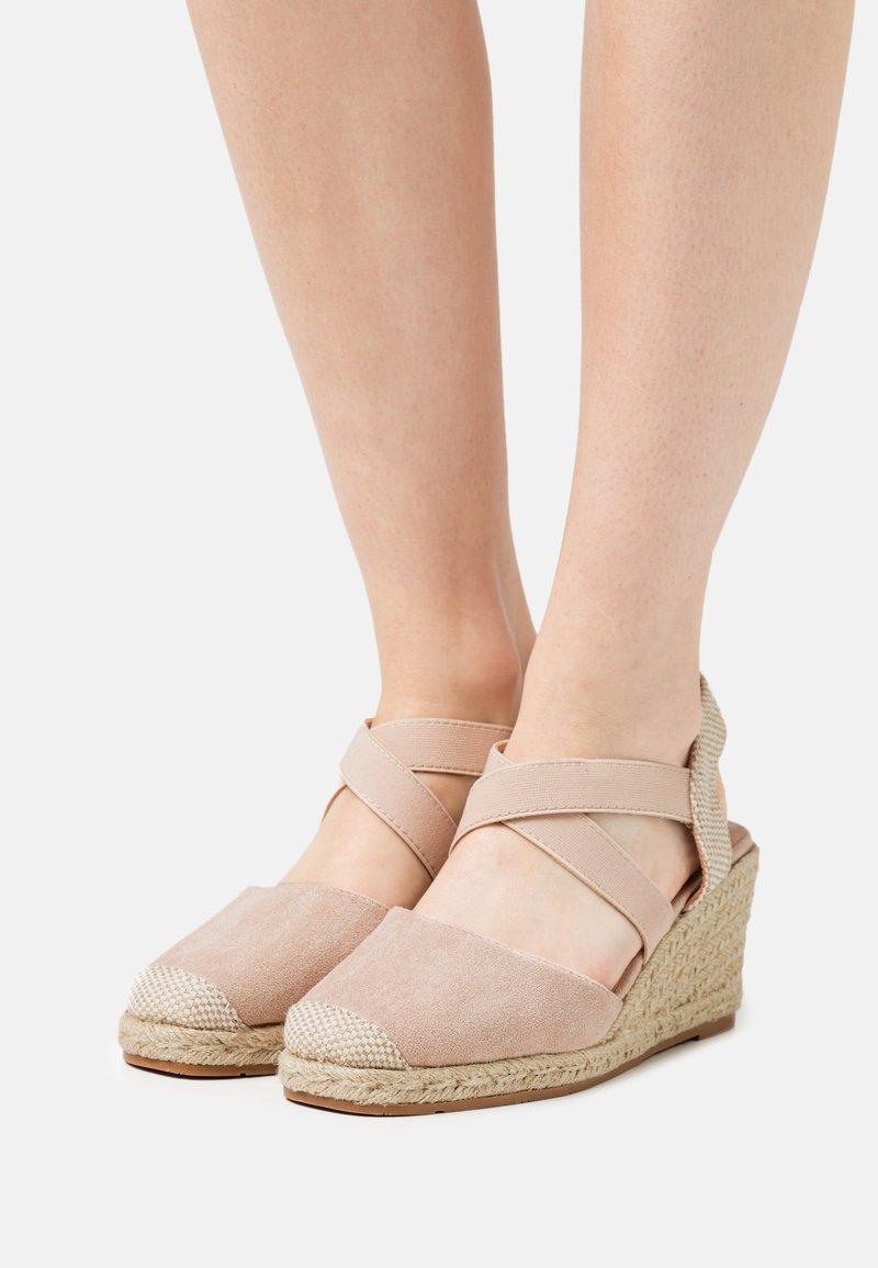 KHARISMA - Sandály na klínu - beige