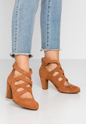 WILMA - Classic heels - cognac