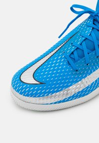 Nike Performance - JR PHANTOM GT ACADEMY DF IC UNISEX - Indoor football boots - photo blue/metallic silver/rage green - 5