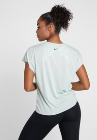 Nike Performance - DRY SIDE TIE - T-shirt imprimé - pistachio frost/black - 2