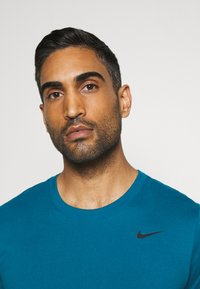 Nike Performance - DRY TEE CREW SOLID - Basic T-shirt - green abyss/black - 3