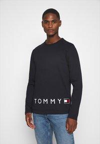 Tommy Hilfiger - CORP LOGO LONG SLEEVE TEE - T-shirt à manches longues - blue - 0