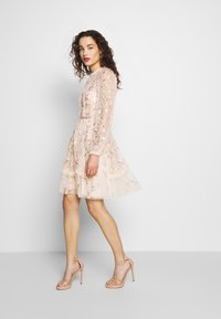 Needle & Thread - WALLFLOWER DRESS - Koktejlové šaty/ šaty na párty - pink - 1