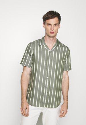 ROAD SHIRT - Overhemd - army/white