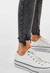 Bershka - LOW WAIST - Jeans Skinny Fit - grey - 3