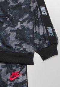Nike Sportswear - CAMO TRICOT SET - Tepláková souprava - black - 3
