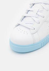 Diadora - GAME STEP UNISEX - Sports shoes - white/sky blue - 5