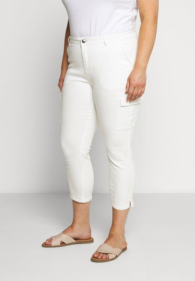 MANI CAPRI PANTS - Cargo trousers - chalk