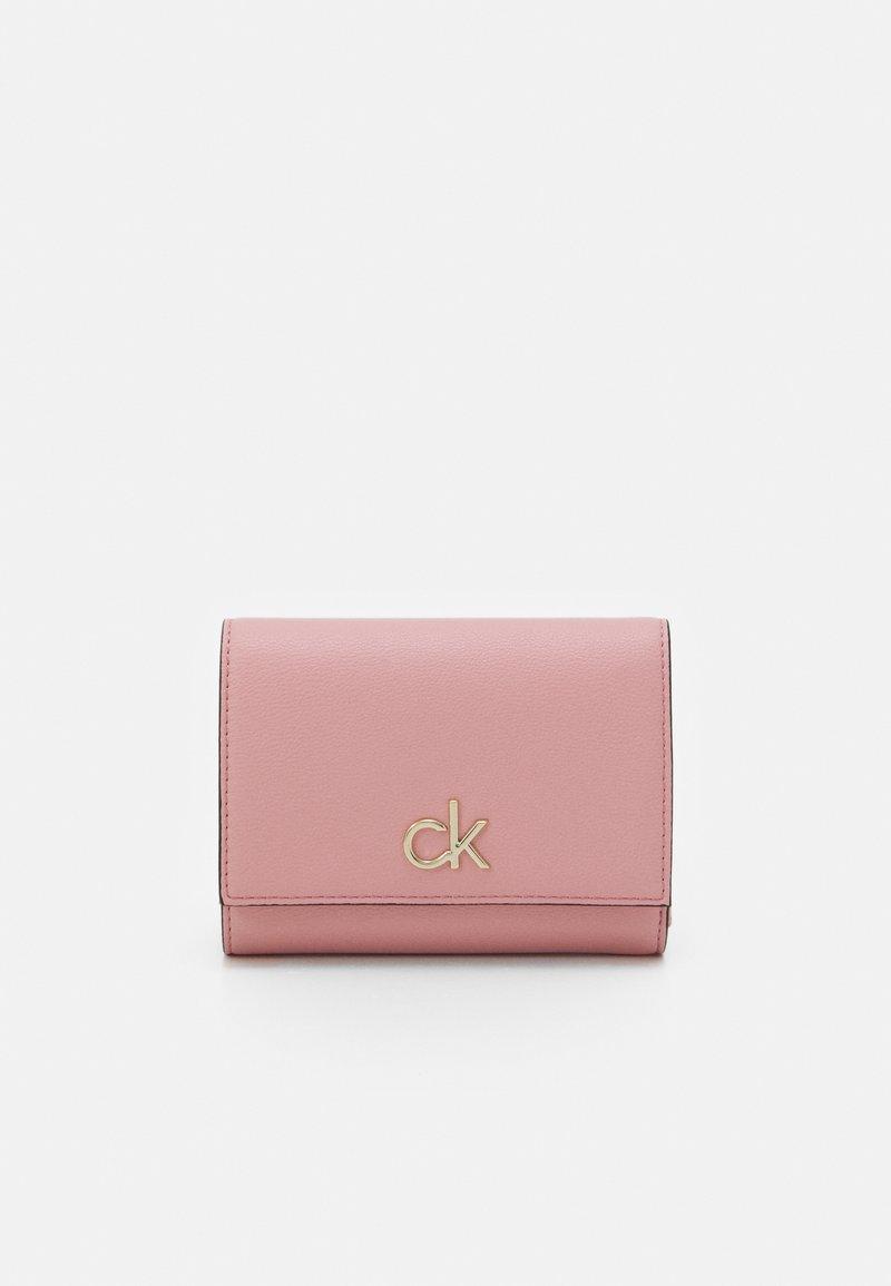 Calvin Klein - TRIFOLD - Peněženka - pink