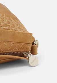 Desigual - BOLS LYRICS LUISIANA MEDIUM - Across body bag - camel - 4
